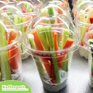 Gemüsebecher mit Kräuterdipp