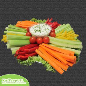 Gemüseplatte mit Kräuterdipp