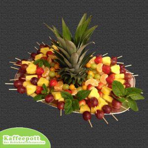 Obstspieße mit saisonalen Früchten